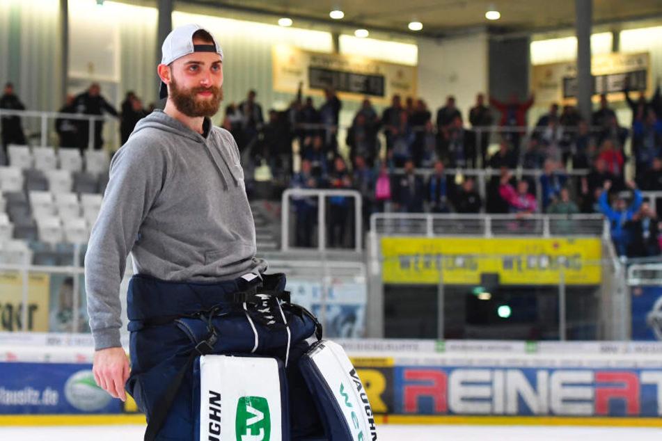 Nach dem Sieg gab's für Florian Proske kein Halten mehr. Ausgelassen feierte der gebürtige Weißwasseraner mit den Dresdner Fans den Löwen-Sieg.