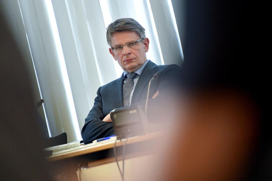 Der Berliner Polizeipräsident Klaus Kandt verfolgt die Sondersitzung des Innenausschusses des Berliner Abgeordnetenhauses zum Fall Amri.