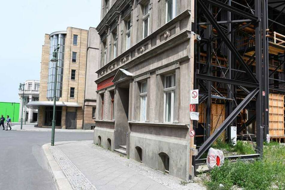 Alles nur Fassade: Hinter den Hausmauern stehen nur Stahlgerüste.