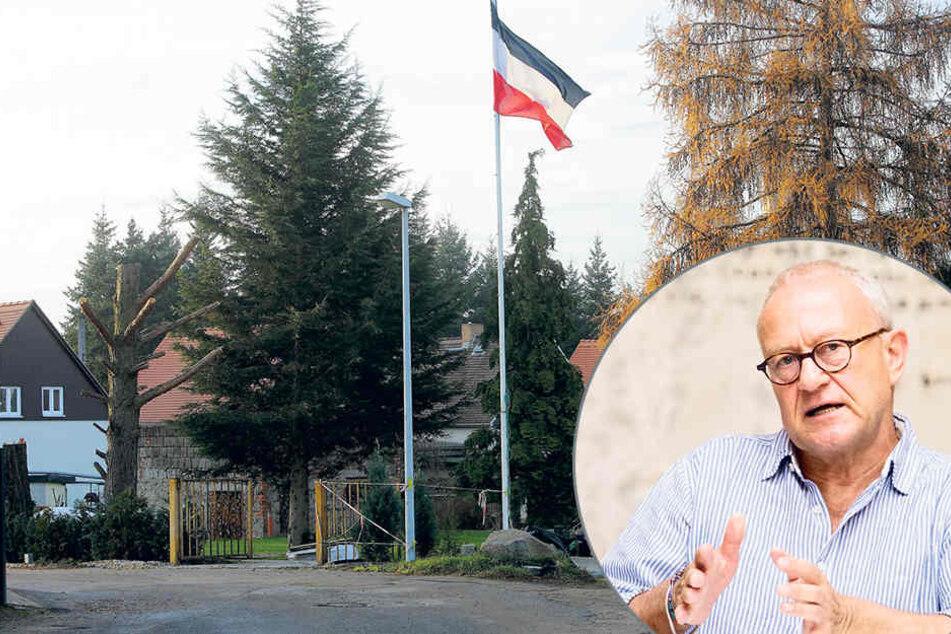 Diese Reichsflagge hängt weithin  sichtbar in Hellerau.Intendant Dieter Jaenicke (67, re.) ist nicht amüsiert.