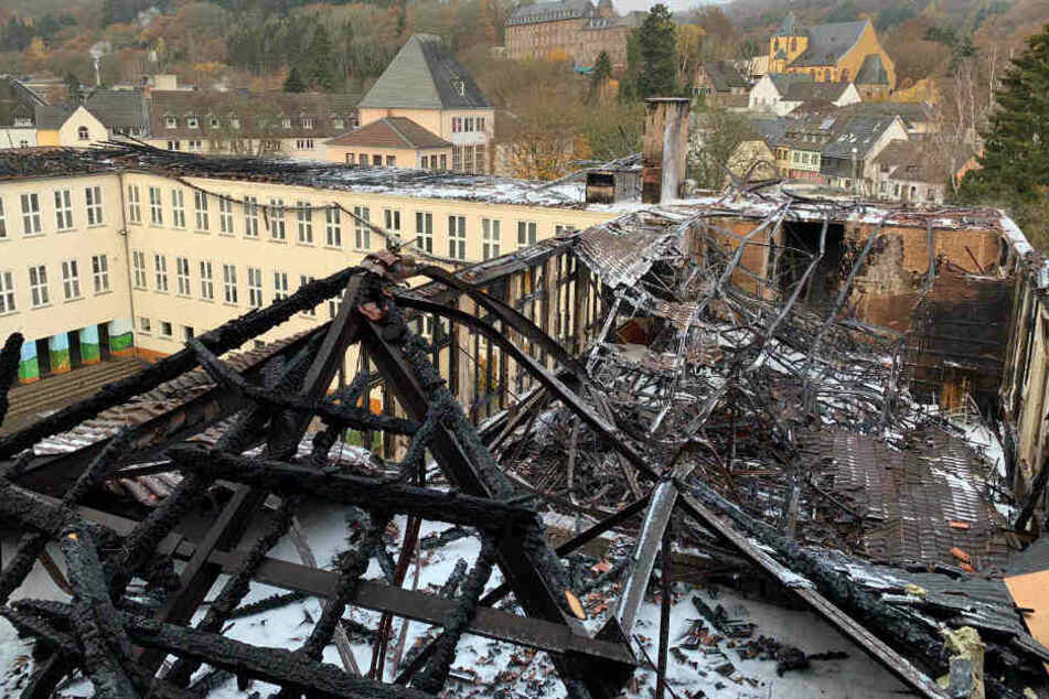 Der Dachstuhl im ältesten Teil des Johannes-Sturmius-Gymnasiums ist unter anderem zerstört worden.