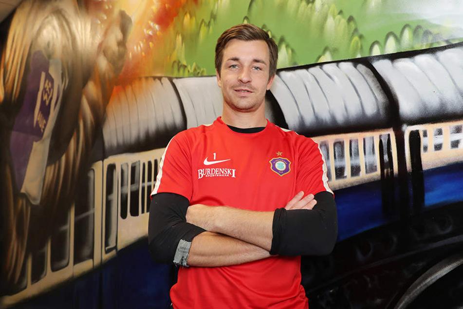 Der Zug in die 2. Liga. Er hält hinter Kapitän Martin Männel. Auch der Keeper ist von dem Gesprühten begeistert.
