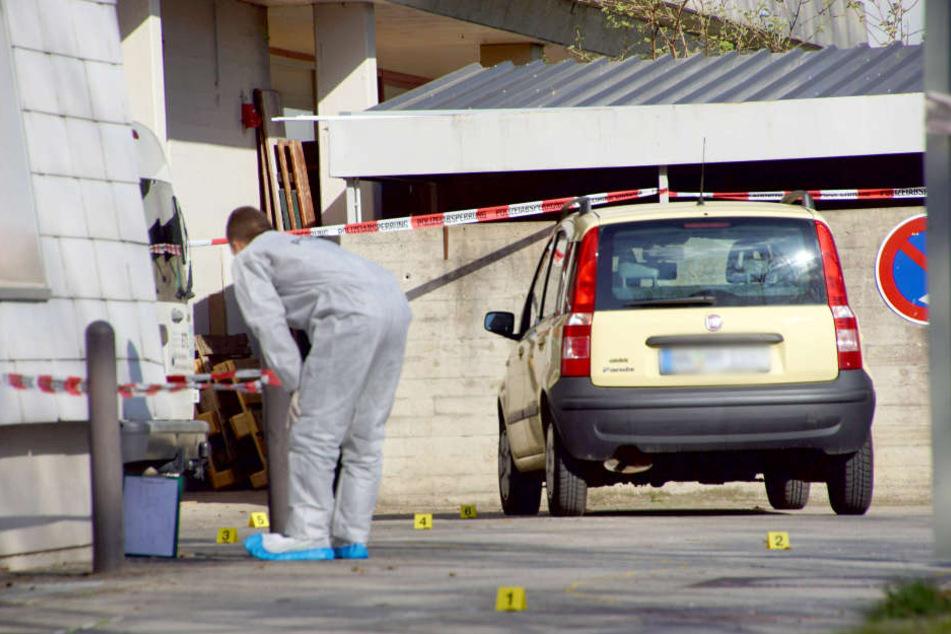 Mitarbeiter der Spurensicherung der Polizei untersuchen am in Löwenstein den Fundort einer Frauenleiche. (Archivbild)