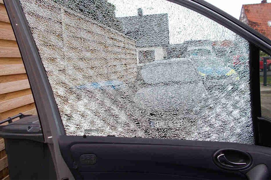 Der Unbekannte traf mit einer Kugel die Scheibe des Mercedes. Die Fahrerin erlitt einen Schock.