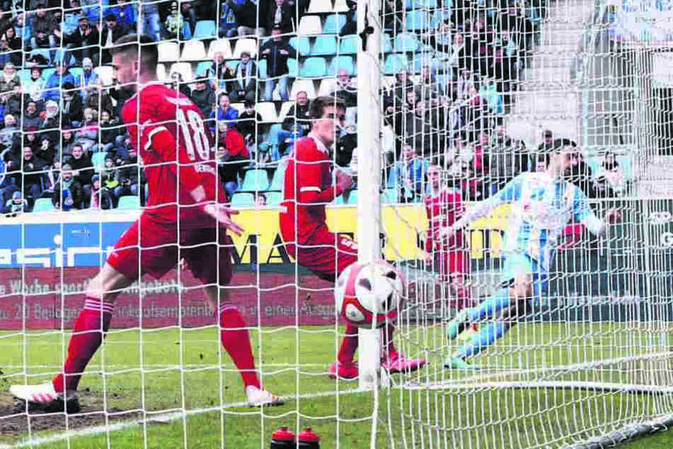 Das 1:0 für den CFC! Rafael Garcia (r.) hat eingenetzt und dreht zum Jubeln ab.