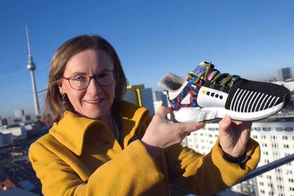 BVG-Chefin Sigrid Nikutta mit einem der stylischen Sneaker.