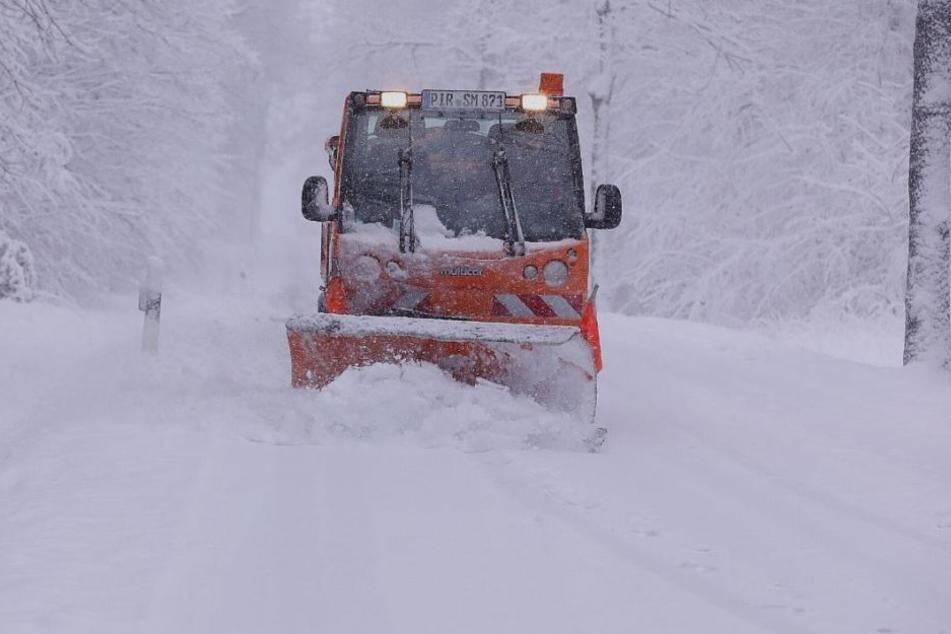 Heftiger Schneefall sorgt für Chaos auf den Straßen in und um Dresden. Der Winterdienst ist im Dauereinsatz.