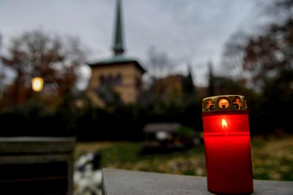 Der Friedhof Ohlsdorf ist der gößte Parkfriedhof der Welt (Archivbild).