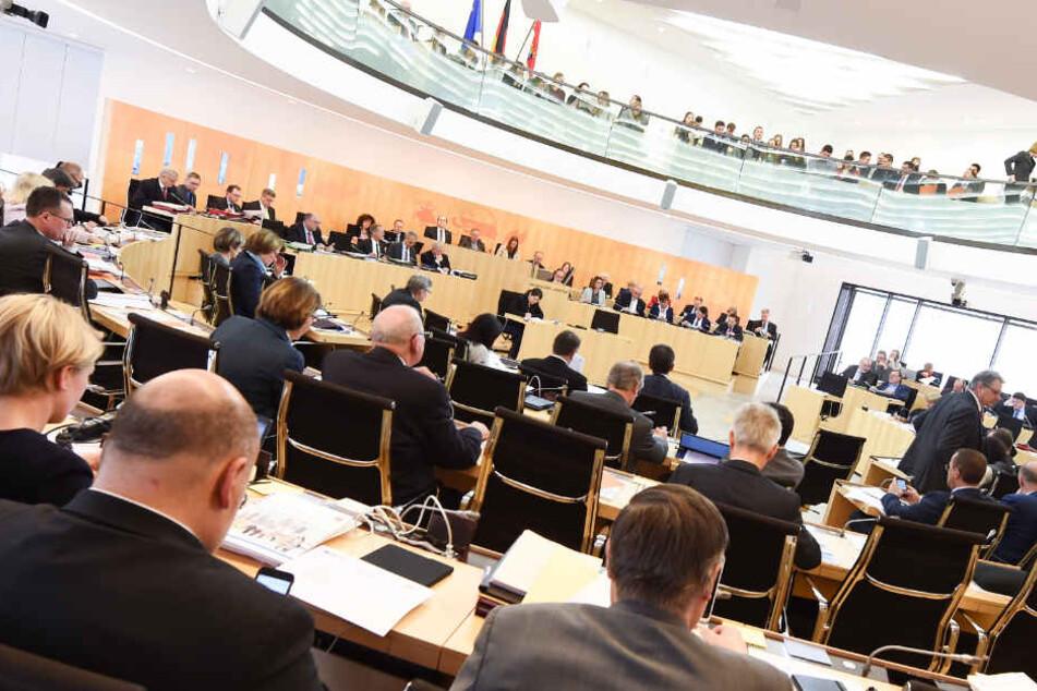 Die Legislaturperiode des aktuellen Landtags in Wiesbaden (Archivbild) endet erst Anfang 2019.