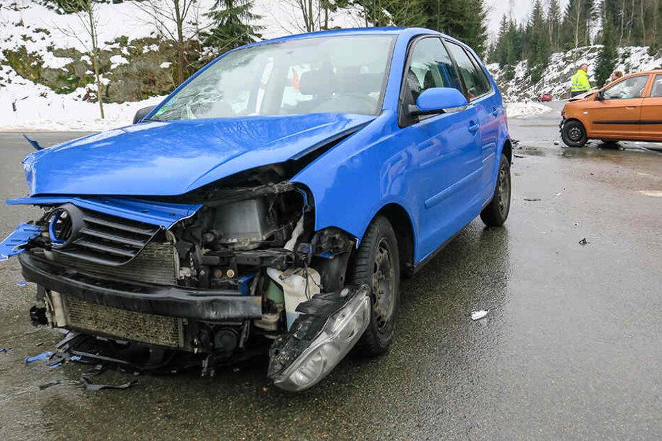 Die beiden Fahrzeuge sind an einer Einmündung auf der Bundesstraße ineinander gekracht.