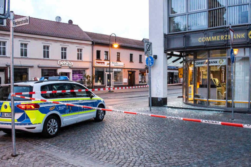 Gesprengter Geldautomat in einer Filiale der Commerzbank in Oranienburg.