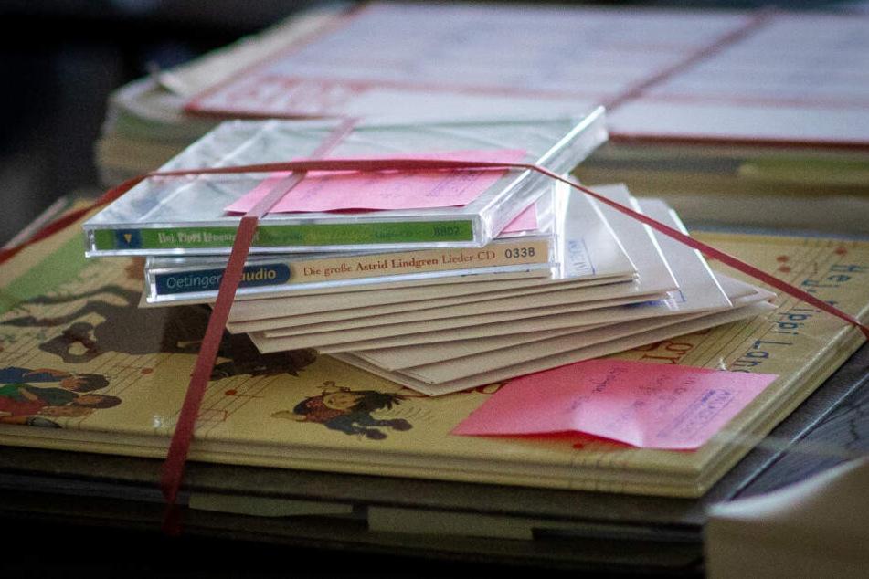 Musik-CD's, Kinderbücher und Gerichtsakten liegen auf dem Richtertisch zu Beginn des Verhandlungstermins.