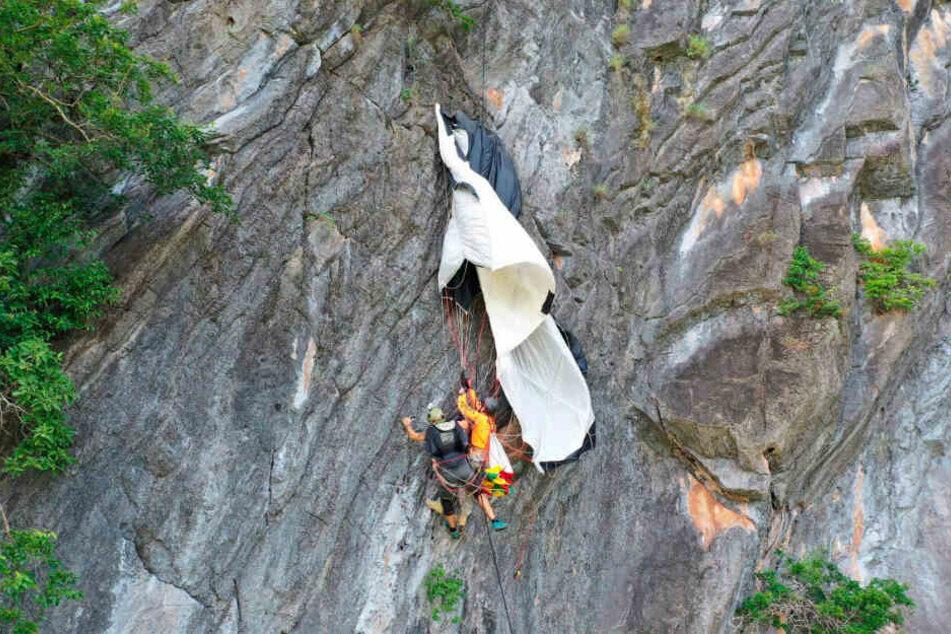 Im Süden Thailands hat der Basejumper Medienberichten zufolge stundenlang an einer steilen Felswand festgehangen.