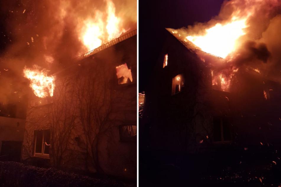 Starker Funkenflug bedrohte auch Nachbarhäuser. Die Feuerwehr konnte ein Übergreifen des Brandes jedoch durch eine sogenannte Riegelstellung verhindern.