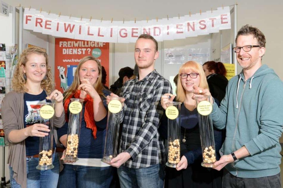 Am Stand V5 geben Pia (26), Isabell (24), Ben (18), Tina (19) und Florian  (39, v.l.n.r.) Tipps zu sozialen Freiwilligendiensten.