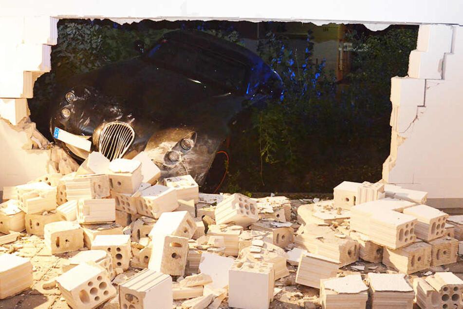 Der Sportwagen der Marke Wiesmann GT durchbrach die Garagenwand mit voller Wucht.