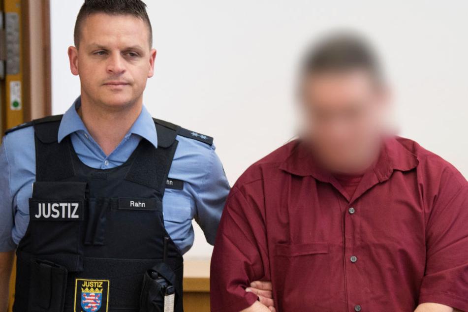 Der Angeklagte (r) wird zu einer Anklagebank im Landgericht Gießen geführt (Archivbild).