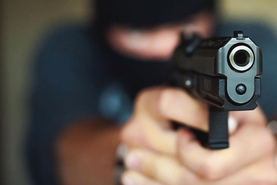 Einer der Täter war mit einer schwarzen Pistole bewaffnet (Symbolbild).