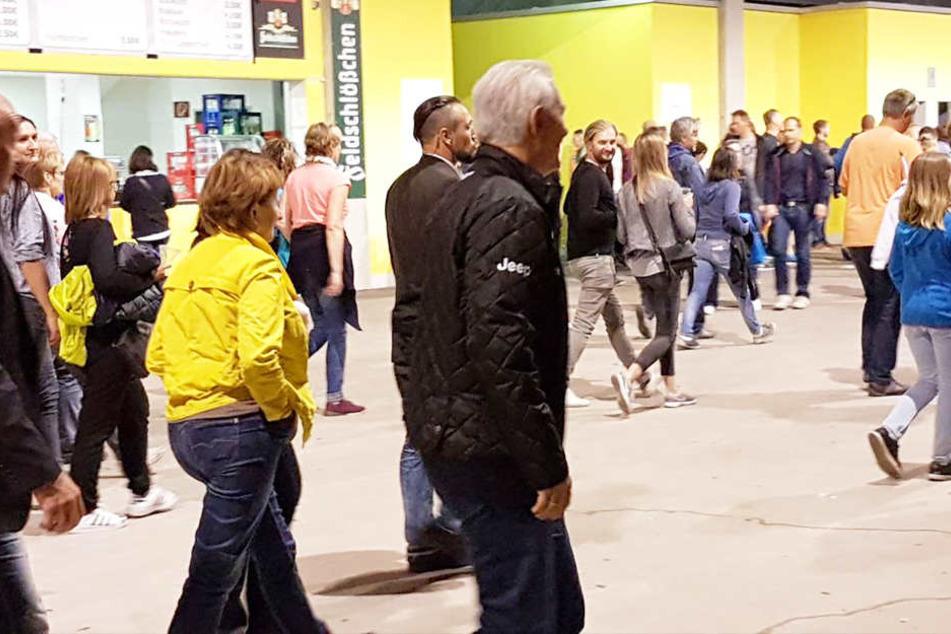 Auch Ministerpräsident Stanislaw Tillich ließ sich die Mega-Show nicht entgehen. Hier verlässt er mit Tausenden anderen Fans das DDV-Stadion.