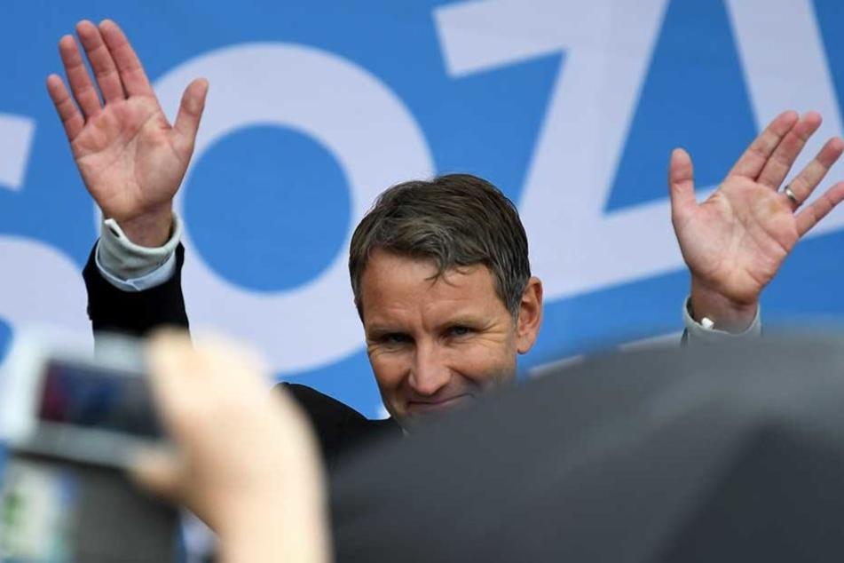 Björn Hockey winkt seinen Anhängern zu, die zu seinem Wahlkampfauftritt gekommen sind.