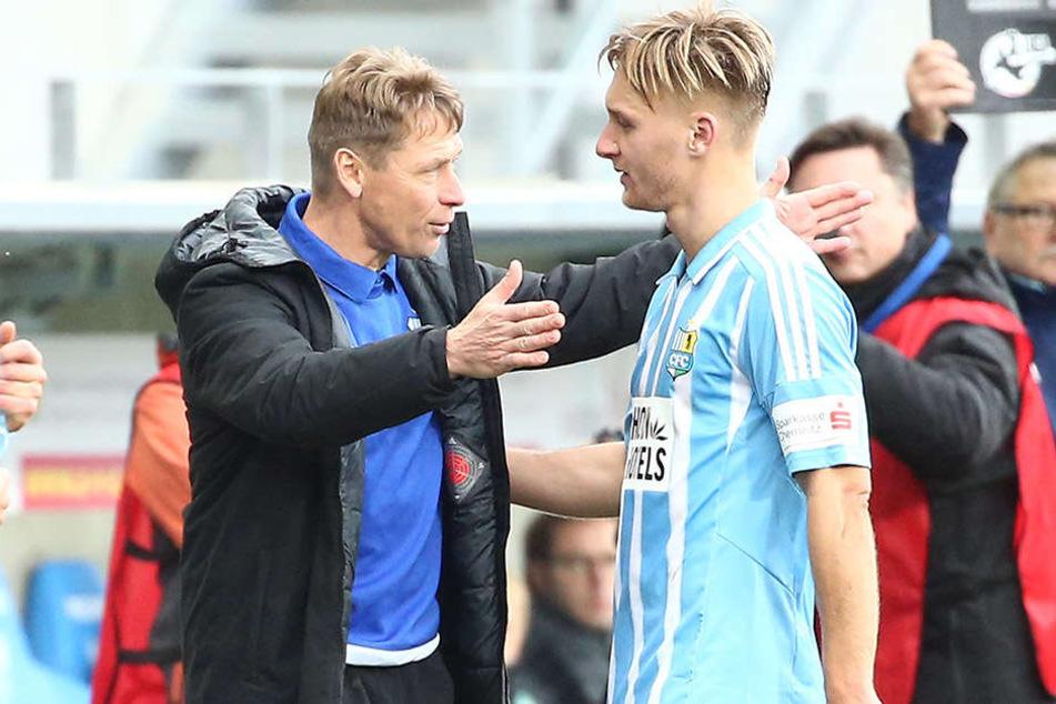 Umarmung oder Kritik? CFC-Trainer Sven Köhler (l.) mit Björn Jopek.