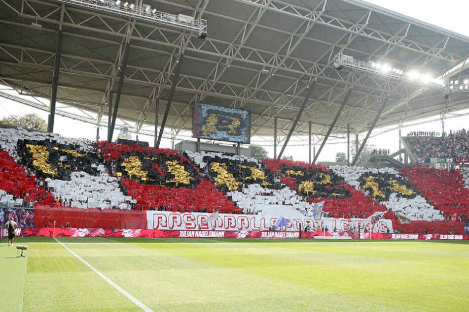 """Zum Heimspiel-Auftakt zeigte der Fanblock eine rot-weiße Choreo mit """"Forza Rasenballsport Leipzig""""-Schriftzug."""