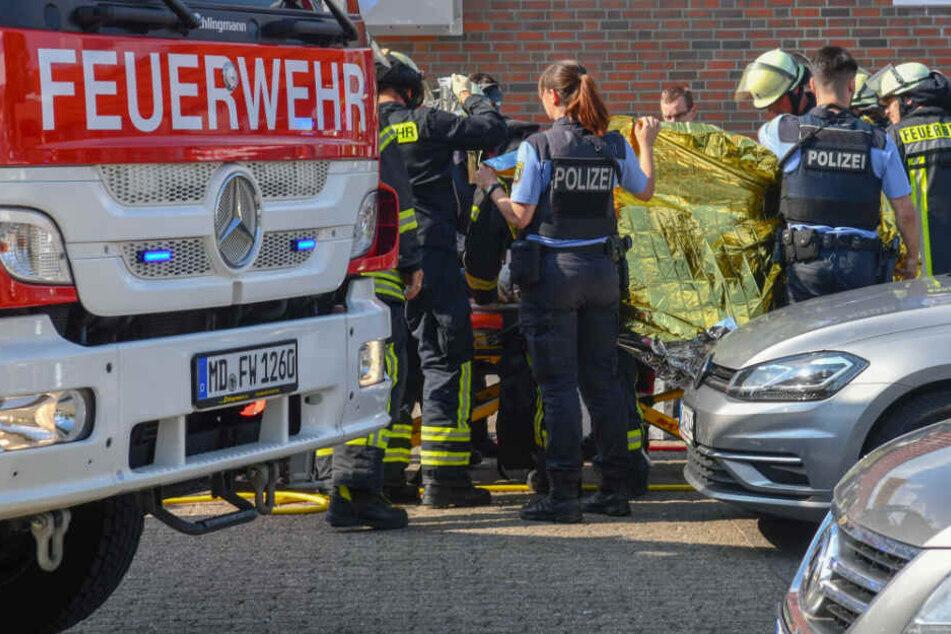 Rettungskräfte kümmerten sich um das schwerverletzte Kind.