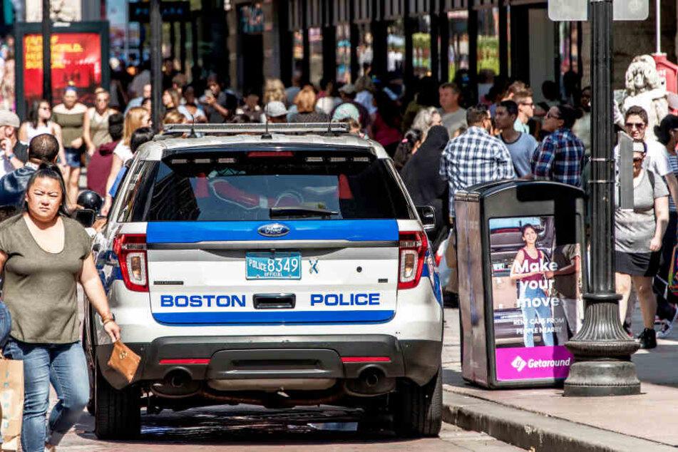 Die Polizei setzte Streifen auf dem Parkplatz ein (Symbolbild).