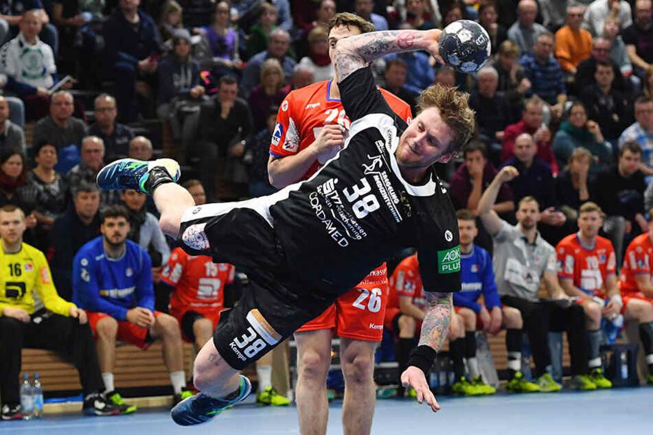 Henning Quade mit vollem Einsatz beim Torwurf.