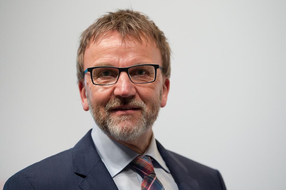 """Frank Jakobi (58), stellvertretender Aufsichtsratsvorsitzender und Betriebsrat der TUI Group, räumte ein: """"Ein Flugzeug, das nicht fliegt, verursacht sehr hohe Kosten - auch mit Blick auf die Ausgaben für Leasing oder Personal""""."""