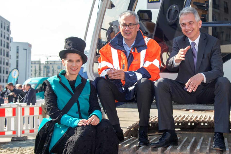Verkehrsminister Tarek Al-Wazir (Grüne) und OB Peter Feldmann (SPD, r.) lächeln in die Kamera.