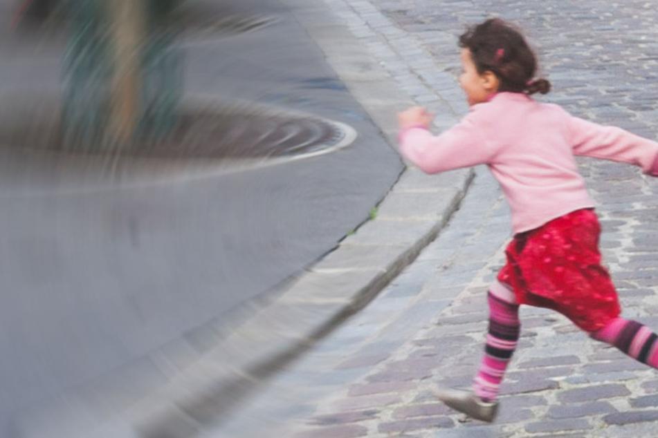 Warum das Kind auf die Straße lief und ob eine Verletzung der Aufsichtspflicht besteht, blieb unklar. (Symbolbild)