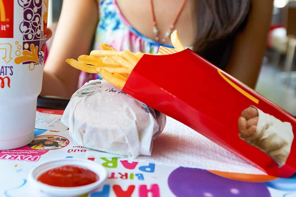 47-Jähriger spuckt auf Essen von Fast-Food-Kunden und zeigt dann den Hitlergruß