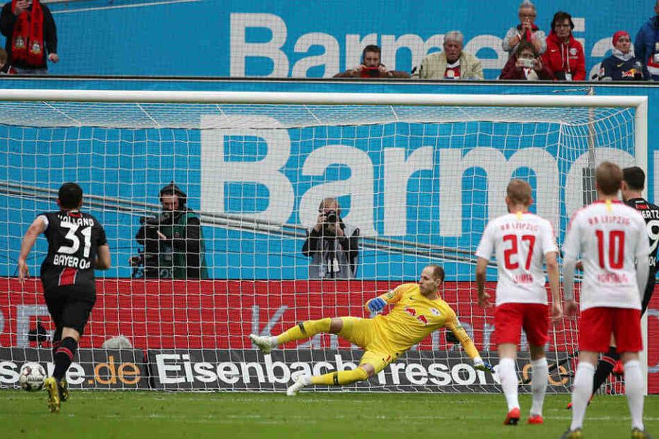 Kai Havertz (rechts, verdeckt) traf nach elf Minuten zur 1:0-Führung für Leverkusen.