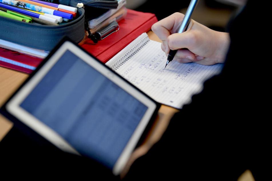 Besonders viele der überschüssigen Millionen gehen in die Digitalisierung, auch für Schulen.