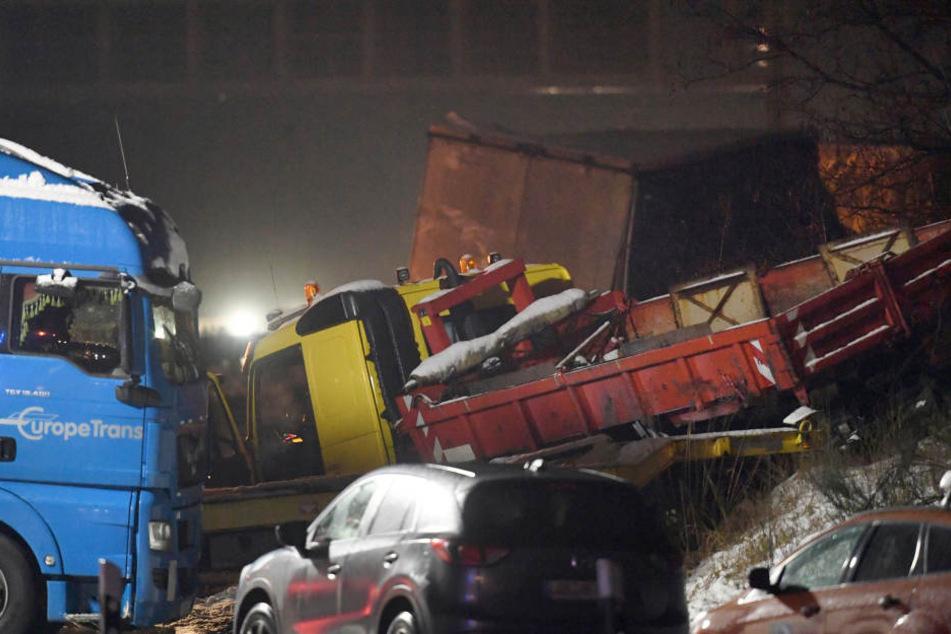 Auf der Autobahn 10 unweit des Schönefelder Kreuzes wurden acht Lastwagen und fünf Pkw in eine Karambolage verwickelt.