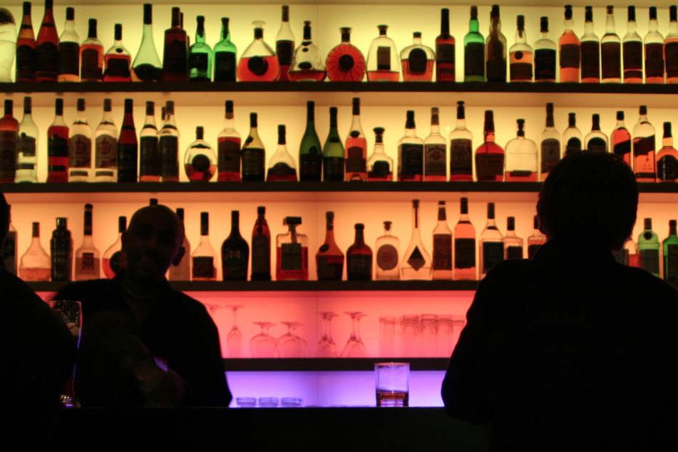Zunächst tranken die 15 Männer gemütlich ihr Bier. Als sie anfingen, eine Wodkaflasche herumzureichen, wurde der Wirt misstrauisch. (Symbolbild)