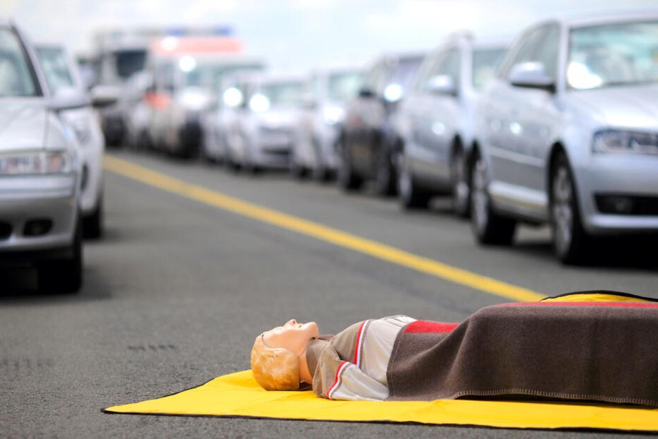Kleintransporter kracht in Laster: A7 über Stunden gesperrt, ein Schwerverletzter