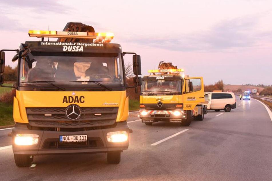 Die Einsatzkräfte waren bis circa 8.30 Uhr an der Unfallstelle mit den Bergungsarbeiten beschäftigt.