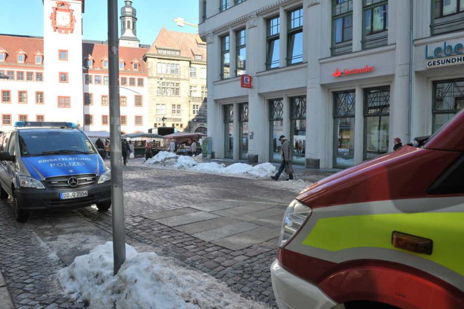 Ein Großaufgebot von Polizei und Feuerwehr ist am Markt vor Ort.
