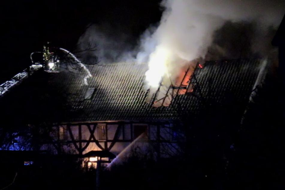 Das Dach und Obergeschoss des Fachwerkhauses in Hilden wurden durch das Feuer stark beschädigt.