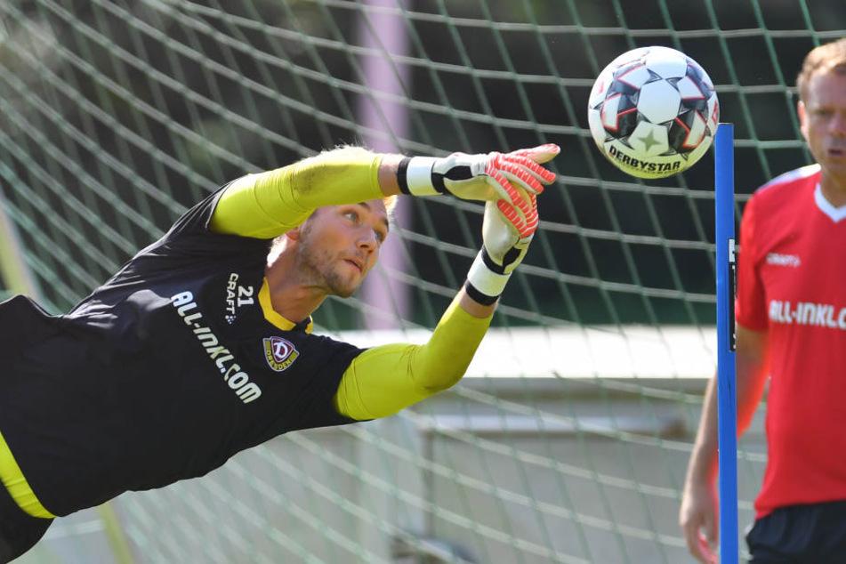 Brano Arsenovic (re.) beobachtet Tim Boss im Training. Der Keeper fällt für die Generalprobe gegen Aston Villa aus.