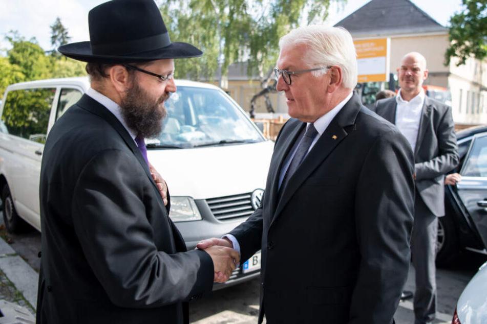 Bundespräsident Frank-Walter Steinmeier (r) trifft sich mit Yehuda Teichtal, Rabbiner der Jüdischen Gemeinde zu Berlin, in dessen Haus zu einem Gespräch.