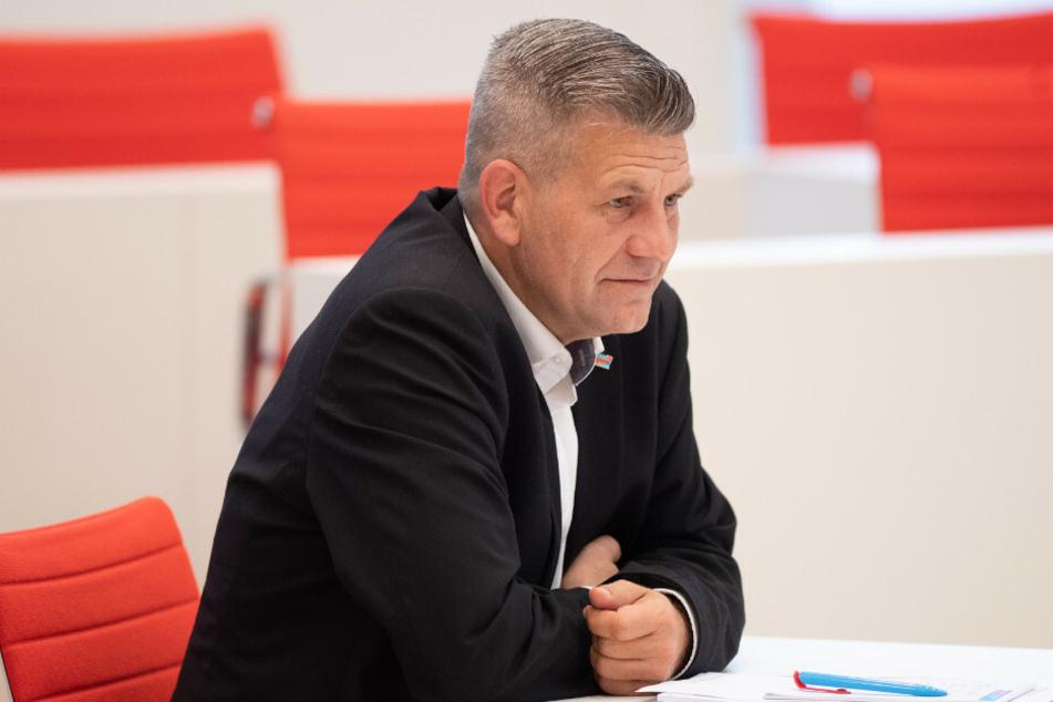 Der AfD-Landtagsabgeordnete Daniel Freiherr von Lützow (46) soll während einer illegalen Feier im Dezember mehrfach Polizisten bedroht haben.
