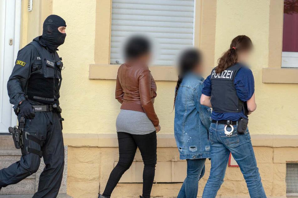 Bundespolizisten nehmen im Rahmen einer Razzia im Rotlichtmilieu mutmaßliche Prostituierte in Gewahrsam.