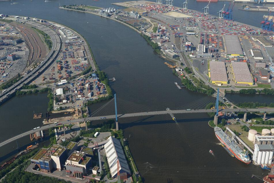 Die Köhlbrandbrücke (vorn) ist im Hafen zu sehen.