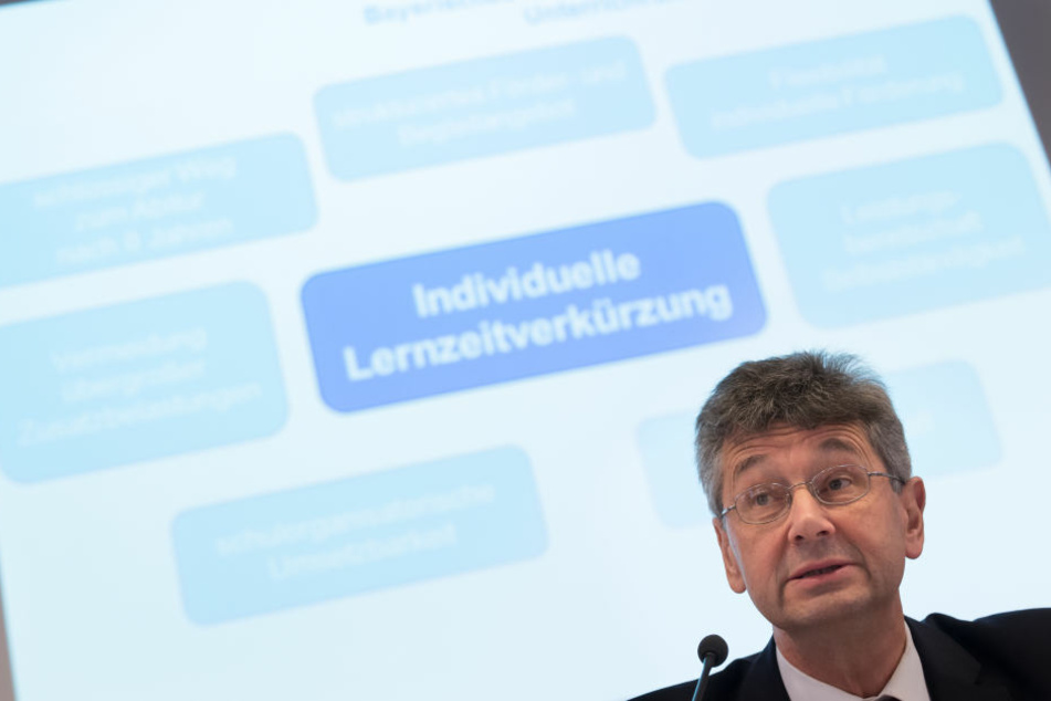 """Kulturminister Michael Piazolo (Freie Wähler) stellt das Konzert der """"Überholspur"""" dar."""
