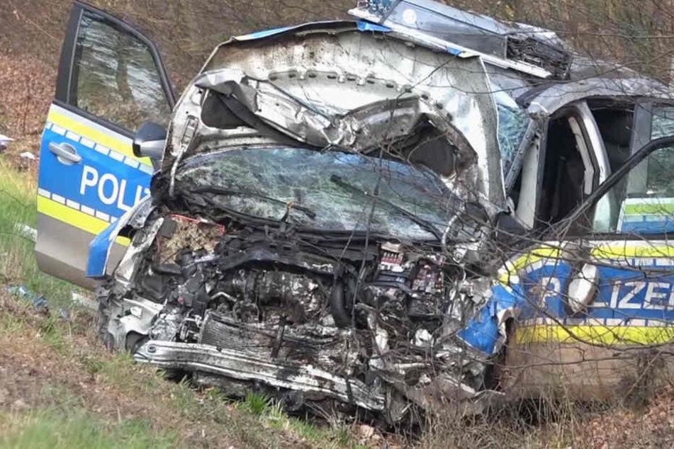 Das Foto zeigt das Wrack des Streifenwagens. Drei Polizisten wurden bei dem Crash schwer verletzt.