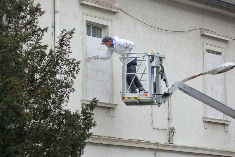 Ende Gelände. Donnerstag wurden auch Fenster der ungenutzten Häuser zugemauert.