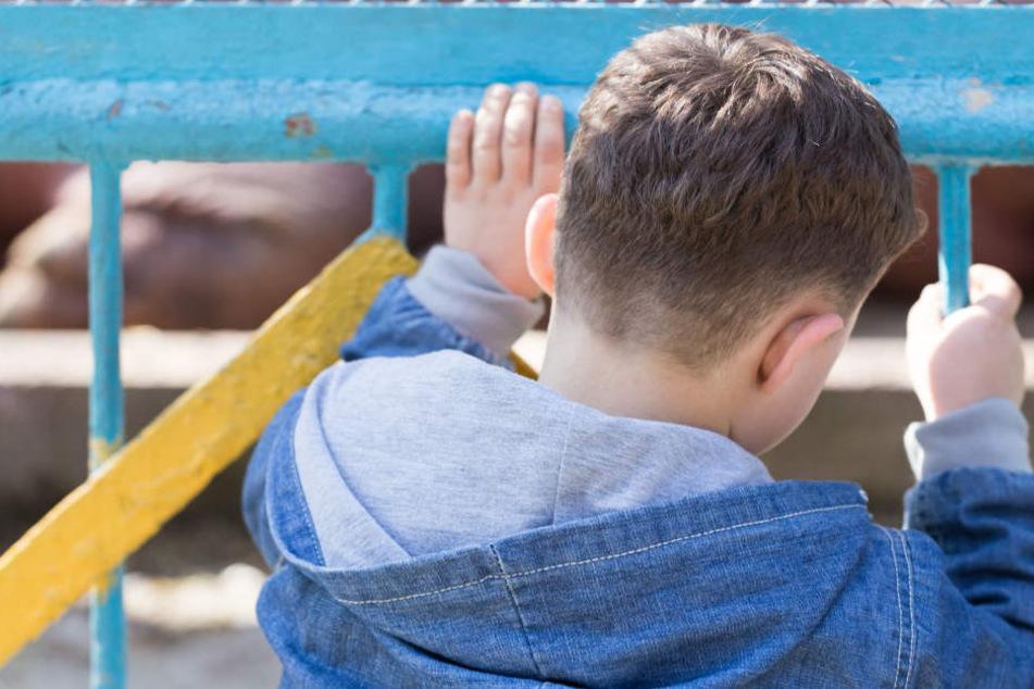 Obwohl der Junge sich schützen wollte, prügelte der Unbekannte weiter auf das Kind ein. (Symbolbild)